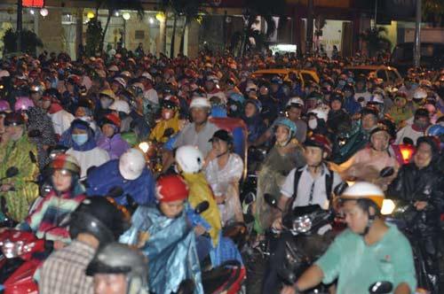 Theo Đài Khí tượng thủy văn Khu vực Nam bộ, tại thành phố Hồ Chí Minh từ nay đến cuối năm sẽ còn 2 đợt triều cường. Đợt triều cường sắp tới có thể vào cuối tháng 10 này. Chính quyền các địa phương của thành phố cần chuẩn bị sẵn sàng các phương án, đồng thời tuyên truyền để người dân chủ động ứng phó với ngập úng. Ảnh