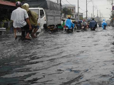 Đến trưa nay, trên đường số 6, quận Thủ Đức nước vẫn còn ngập. Ảnh Dân Việt