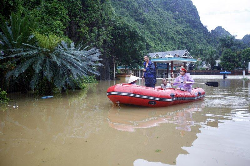 Người dân di chuyển qua đây chủ yếu bằng các phương tiện chuyên dụng trên sông nước của lực lượng chức năng. Ảnh: Vietnamnet