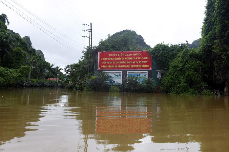 Đến chiều tối 29/7, mực nước đo được ở điểm ngập úng nặng nhất là khu vực nghĩa trang An Lạc Viên, Cẩm Phả có nơi lên đến 2,5m. Ảnh: Vietnamnet