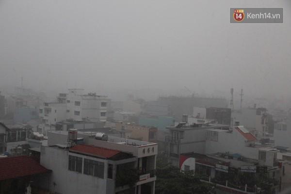 Cơn mưa to khiến một góc Sài Gòn trắng xóa, nhiều hộ dân lo ngại phải thức trắng đêm tát nước