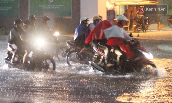 Trên đường Âu Cơ (Q. Tân Phú) nước ngập sâu kèm theo sấm chớp, dông gió khiến các phương tiện di chuyển rất khó khăn