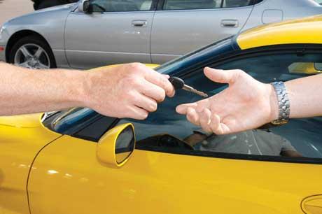 Khách hàng sẽ mua được xe oto giá rẻ vào tháng 8 bởi đây là thời điểm 'dọn kho' của các cửa hàng, đại lý
