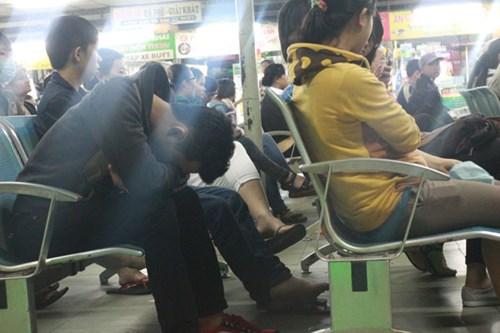Nhiều người rất mệt mỏi khi phải xếp hàng mua vé từ nửa đêm mà vẫn không đến lượt
