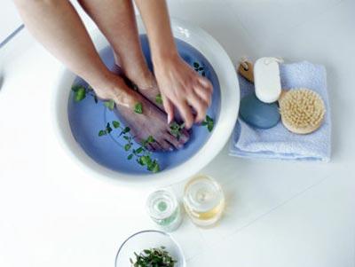 Chăm chỉ ngâm chân bằng nước trà xanh sẽ tiêu diệt hết vi khuẩn gây mùi
