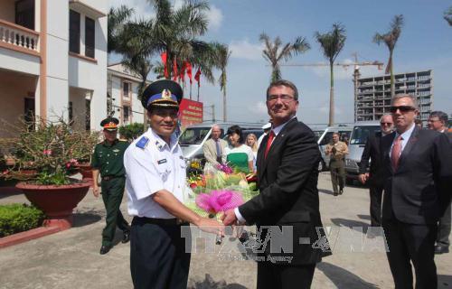 Lãnh đạo Cảnh sát biển Việt Nam chào mừng Bộ trưởng Quốc phòng Mỹ tới thăm cán bộ, chiến sỹ Vùng Cảnh sát biển 1