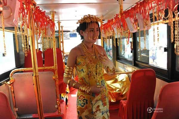 Mỹ nhân đeo vàng đi trên xe bus và mọi người có thể lục tung tìm quà bí mật