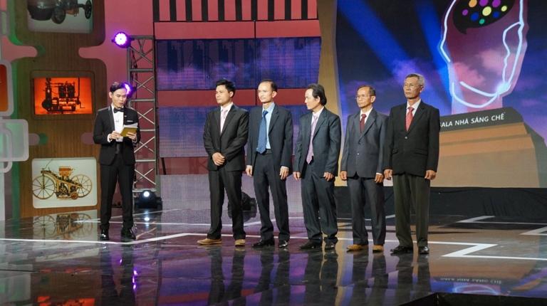 5 tác giả lọt vào vòng chung kết đứng trên sân khấu để chờ Ban giám khảo công bố kết quả