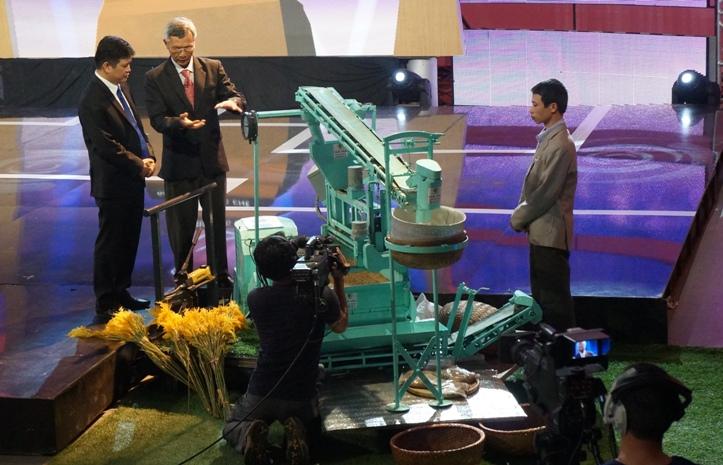 Tác giả Dương Xuân Qủa đang thuyết trình về các tính năng của sản phẩm lò sấy lúa.