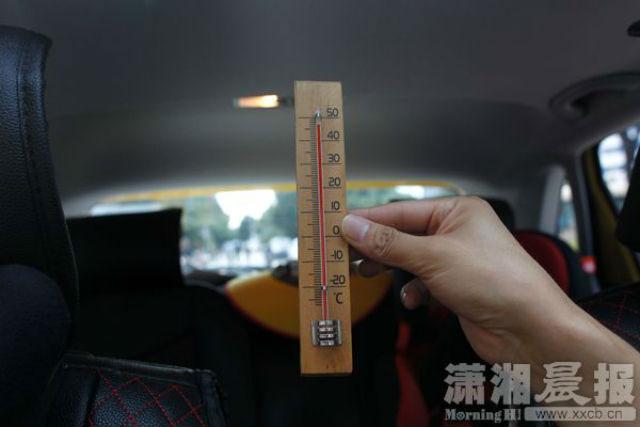 Bé Xiaotian đã bị bỏ quên hàng giờ liền trong xe ô tô giữa tiết trời nắng nóng kinh hoàng
