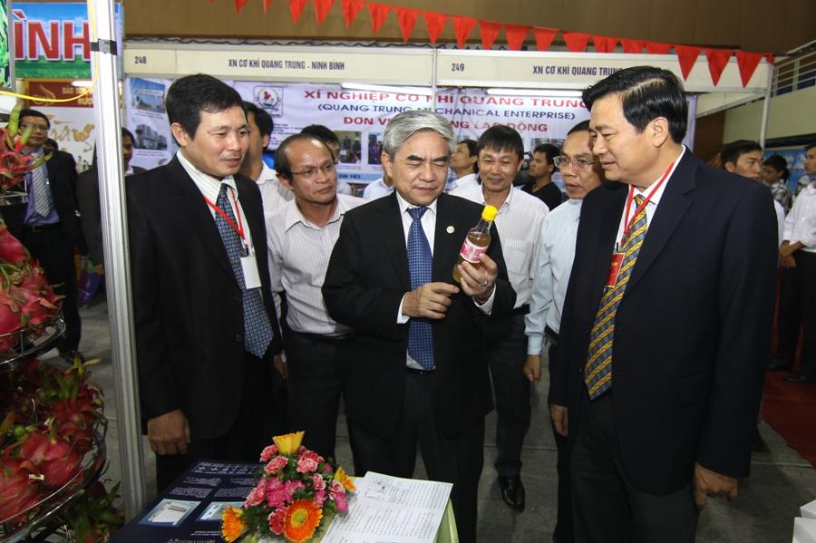 Bộ trưởng Nguyễn Quân thăm các gian hàng