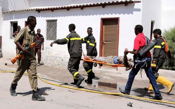 Cảnh sát giúp đỡ những nạn nhân trong vụ ném bom tự sát ở Somalia