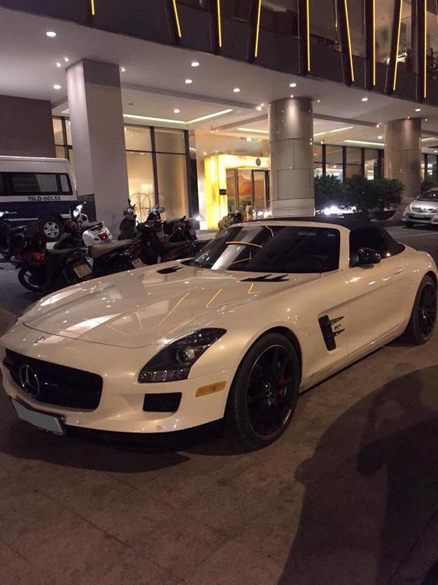 Tối 18/6/2016, Mercedes SLS AMG GT mui trần hàng độc được đại gia Trung Nguyên đưa đi dạo phố biển Nha Trang.