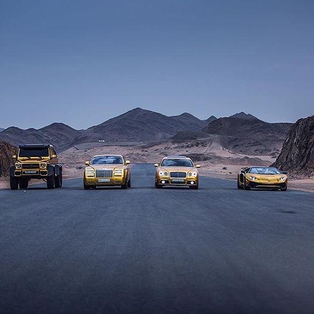 Từ trái sang: Mercedes G63 6 bánh, Rolls-Royce Phantom Drophead Coupe, Bentley Continental Flying Spur, và Lamborghini Aventador SV. Ảnh: Dantri