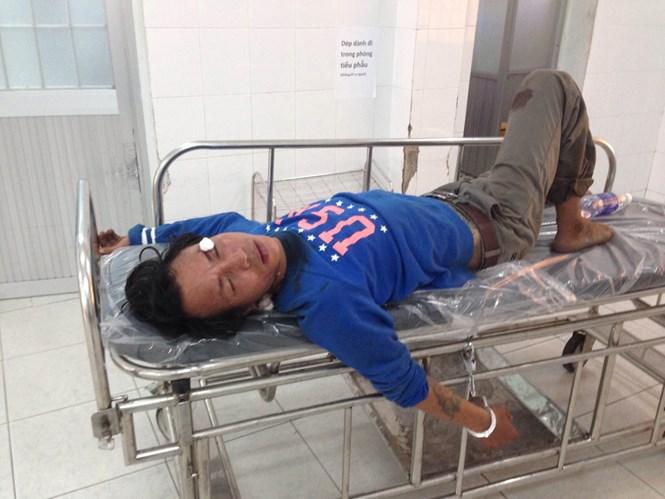 Thanh niên được đưa vào Bệnh viện Lê Lợi để được cấp cứu khâu vết thương trên cổ.