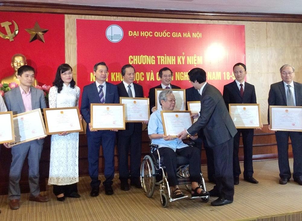 Đại học Quốc gia Hà Nội trao tặng giải thưởng cho các nhà khoa học có thành tích xuất sắc