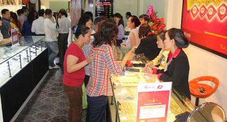 Người dân đi mua vàng để đón ngày vía Thần Tài cho năm mới gặp nhiều may mắn, tài lộc