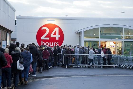 Trước đó, rất nhiều người đã xếp hàng trước nhiều tiếng đồng hồ để chờ mua đồ.