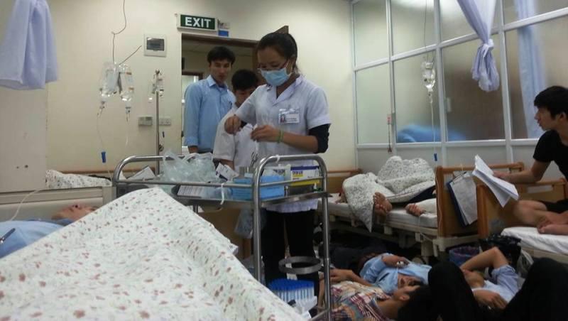 Các y, bác sĩ vẫn đang theo dõi tình trạng sức khỏe cho các bệnh nhân bị ngộ độc thức ăn