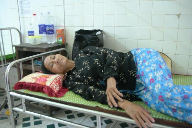 Bệnh nhân Nguyễn Thị Nở (50 tuổi) đang nằm viện vì bị ngộ độc thực phẩm nặng
