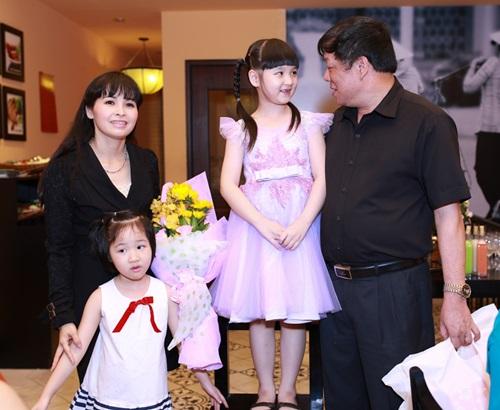 Ngô Phương Bích Ngọc vui vẻ bên bố mẹ và em gái