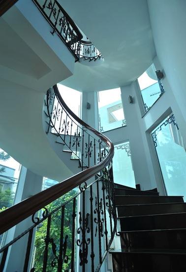 Ngôi biệt thự cao tầng được thiết kế với thang máy và cầu thang bộ độc đáo