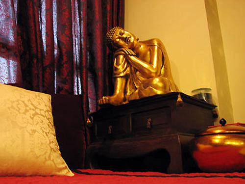 Khu vực thiền của Ngô Thanh Vân với bức tượng nhũ vàng