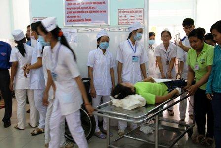 Công nhân được đưa tới bệnh viện đa khoa tỉnh Trà Vinh cấp cứu