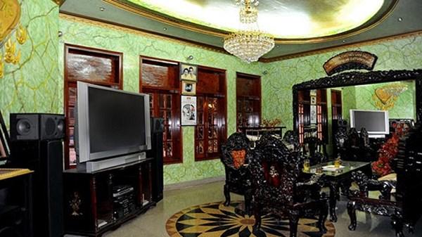 Phòng khách ở sảnh chính để anh có thể tiếp khách trong những buổi tiệc vui chơi cùng bạn bè
