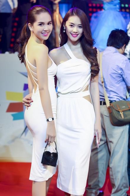 Ngọc Trinh, Linh Chi đều chọn sắc trắng tinh khôi để tôn vóc dáng và làn da trong sự kiện