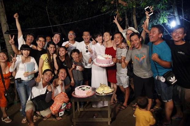 Trà Ngọc Hằng cùng đoàn phim Vòng eo 56 mừng sinh nhật Ngọc Trinh
