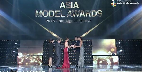 Ngọc Trinh xuất hiện chớp nhoáng lên trao giải cho người mẫu khác