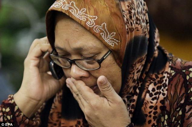 Một người vừa khóc vừa gọi cho những người thân khác trong gia đình.