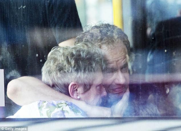 Một cặp vợ chồng đang đau đớn chờ tin người thân tại sân bay Schiphol ở Amsterdam.