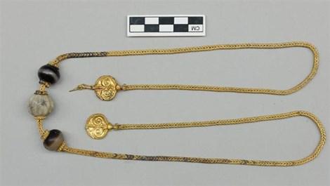 Một số đồ trang sức mạ vàng được tìm thấy trong số kho báu