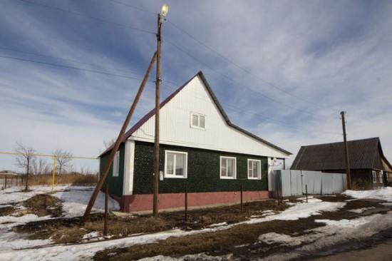 Ngôi nhà độc đáo được xây dựng gần như hoàn toàn bằng vỏ rượu champagne tọa lạc tại thành phố Chelyabinsk, Nga. Ảnh Valery Zvonarev