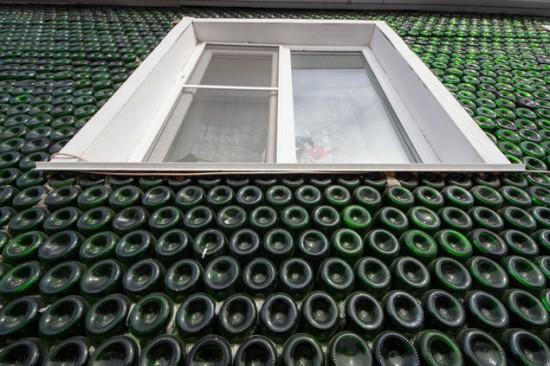 Những bức tường của ngôi nhà độc đáo này hoàn toàn được làm từ vỏ chai champagne. Ảnh Valery Zvonarev