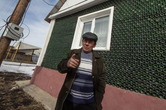 Ông Hamidullah sẽ tặng ngôi nhà độc đáo làm từ vỏ chai cho con trai như một món quà cưới. Ảnh Valery Zvonarev