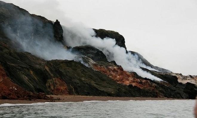 Ngọn đồi bốc khói nằm ở ở ven biển phía đông Cape Bathurst, Canada