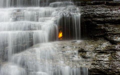 Ngọn lửa vĩnh cửu nằm ẩn trong thác nước phía Tây New York, Mỹ
