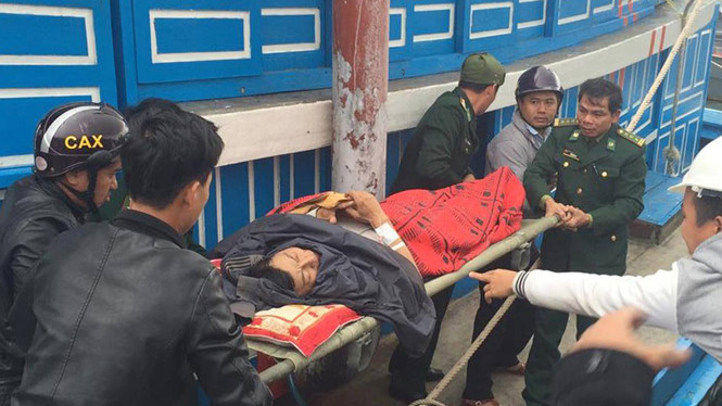 Ngư dân đưa công nhân xuất huyết não vào bờ cấp cứu