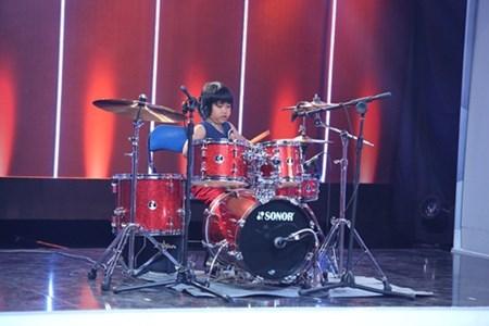 Cậu bé chơi trống điêu luyện trong chương trình Người bí ẩn tập 6