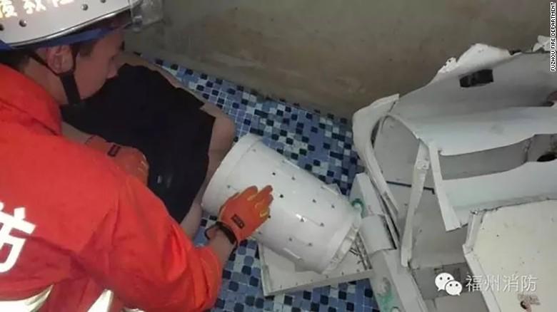 Quá trình giải cứu mất khoảng 1 giờ, người đàn ông may mắn không bị thương nặng. Ảnh: CNN