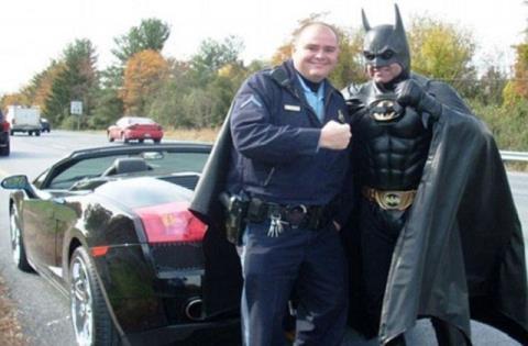 Tấm ảnh cảnh sát giao thông chụp cùng Người Dơi Robinson đã khiến siêu anh hùng đời thực được nhiều người biết đến