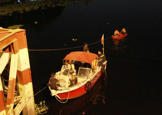 Lực lượng cứu hộ tìm kiếm đôi tình nhân nhảy sông tự sát dưới lòng sông khu vực chân cầu An Lộc ở TPHCM đêm 23/3