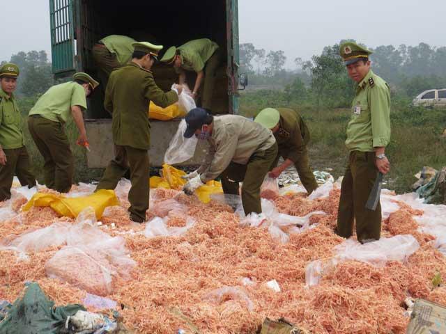 Những thực phẩm bị làm giả từ sắn dây, cao su được bày bán tràn lan trên thị trường