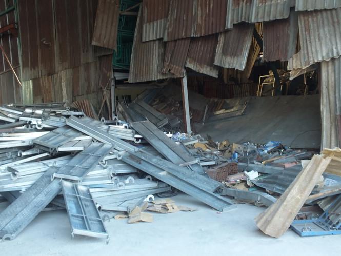 Hiện trường vụ tai nạn sập giàn giáo khiến 2 công nhân thiệt mạng, 1 người bị thương ở TPHCM