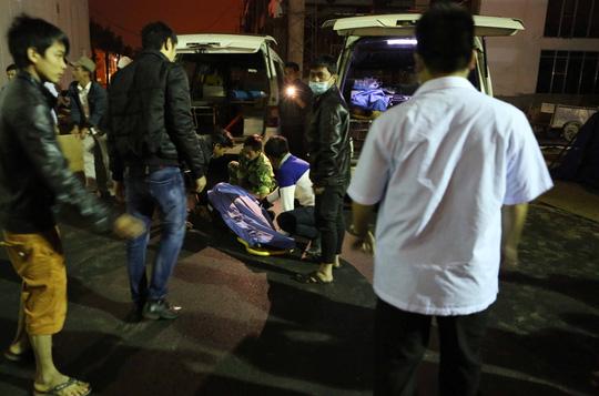 Xe cấp cứu đưa nạn nhân trong vụ tai nạn rơi thang máy ở công trình khách sạn Royal Lotus đến bệnh viện