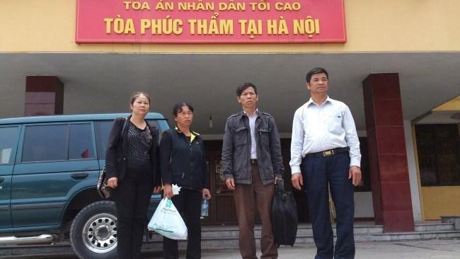 Ông Nguyễn Thanh Chấn và gia đình tới làm việc với cơ quan chức năng để hoàn tất thủ tục bồi thường vụ án oan ông Chân