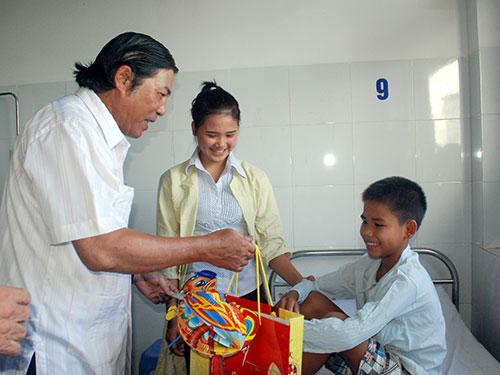 Ông Nguyễn Bá Thanh trong chuyến thăm và tặng quà cho bệnh nhi